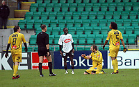 Fotball, 29. oktober 2006<br /> Adeccoligaen<br /> Sogndal - Bodø/Glimt 0 - 0 (0 - 0)<br /> Fosshaugane Campus<br /> Frå venstre: Olav Råstad (Bodø/Glimt), Kai Henry Johnsen (dommar), Lennox Kanu (Sogndal), Erik Hoftun (Bodø/Glimt), Roy Miller.