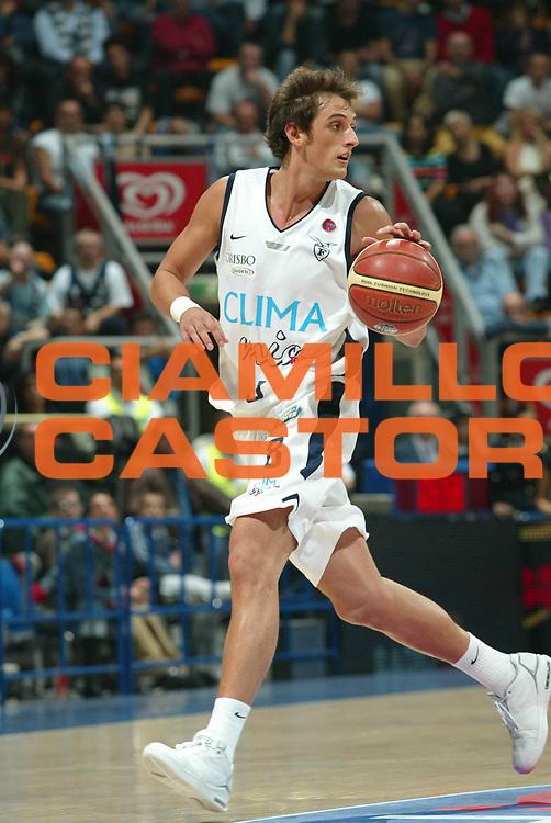 DESCRIZIONE : Bologna Lega A1 2006-07 Climamio Fortitudo Bologna TD Shop Livorno<br /> GIOCATORE : Belinelli<br /> SQUADRA : Climamio Fortitudo Bologna<br /> EVENTO : Campionato Lega A1 2006-2007<br /> GARA : Climamio Fortitudo Bologna TD Shop Livorno<br /> DATA : 22/10/2006 <br /> CATEGORIA : palleggio<br /> SPORT : Pallacanestro <br /> AUTORE : Agenzia Ciamillo-Castoria/G.Livaldi