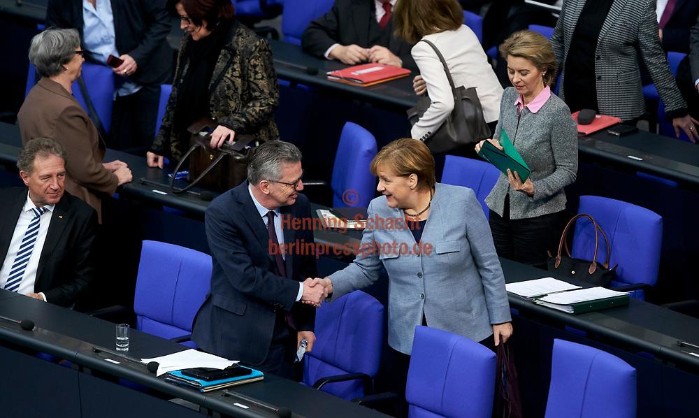 Innenminister Thomas de Maiziere (CDU) und Bundeskanzlerin Angela Merkel (CDU)  im Bundestag  in Berlin. Thema im Bundestag u.a.  Familiennachzug zu subsidiär Schutzberechtigten / 01022018,DEU,Deutschland,Berlin