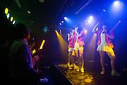 I en källare i stadsdelen Akihabara uppträder 'idoler' framför sina trogna fans. De flesta i publiken kan texterna och sjunger med. Tokyo, Japan