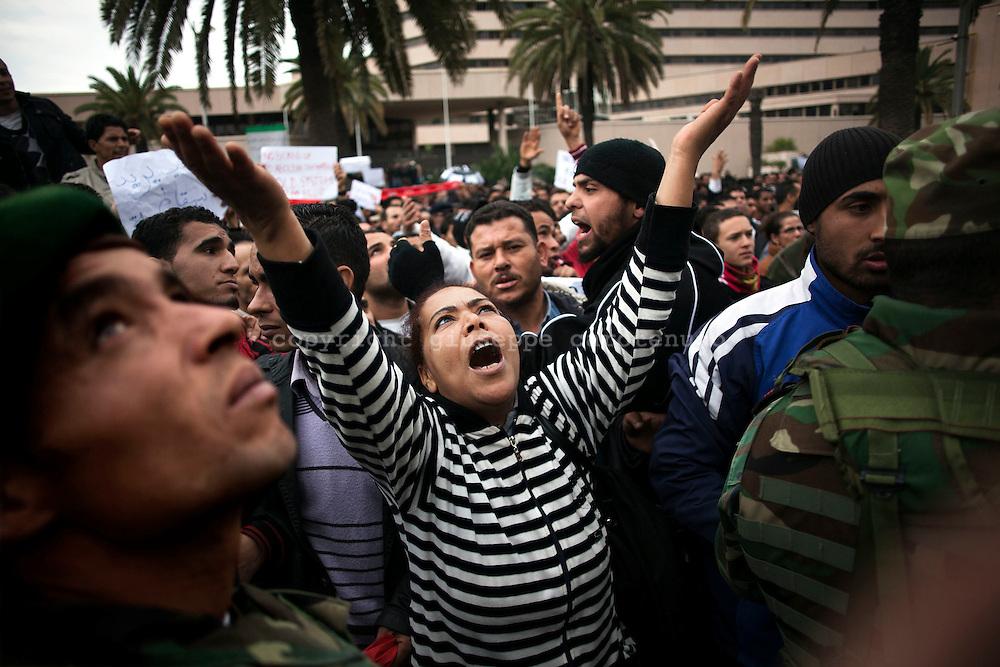 TUNISI. UNA DONNA IMPLORA CON LE BRACCIA VERSO IL CIELO DURANTE  UNA MANIFESTAZIONE DI PIAZZA DEL POPOLO TUNISINO CONTRO IL PARTITO RCD DELL'EX PRESIDENTE TUNISINO BEN ALI;