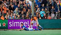 BLOEMENDAAL - Jorrit Croon (Bldaal) met Sander de Wijn (Kampong)   tijdens   de derde en beslissende finale van de play-offs om de Nederlandse titel. Bloemendaal-Kampong (2-0). Bloemendaal is landskampioen.    COPYRIGHT  KOEN SUYK