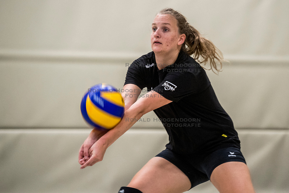 10-09-2018 NED: Training PDK Huizen season 2018-2019, Huizen<br /> Training for the players of Top Division club vv Huizen women season 2018-2019 / Kirsten Sparnaay #6 of PDK Huizen