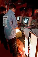 30 APR 2001, BERLIN/GERMANY:<br /> Junger Mann gibt seine Daten in einen Computer eines Netzwerkes fuer Arbeitssuchende IT-Fachleute ein, 1. deutsche Pink Slip Party: Entlassene IT-Fachleute von Dot.com Unternehmen sollen hier mit potentiellen Arbeitgebern zusammentreffen (Als Pink Slip wird in den USA der rosa Brief bezeichnet, in dem Kündigungsschreiben zugestellt werden), Reinbeckhallen, Berlin-Treptow<br /> IMAGE: 20010430-02/02-22<br /> KEYWORDS: New Economy, IT-Fachleute, IT-Branche, Entlassung, Arbeitslos, Headhunter, Pink-Slip-Party, New Economy