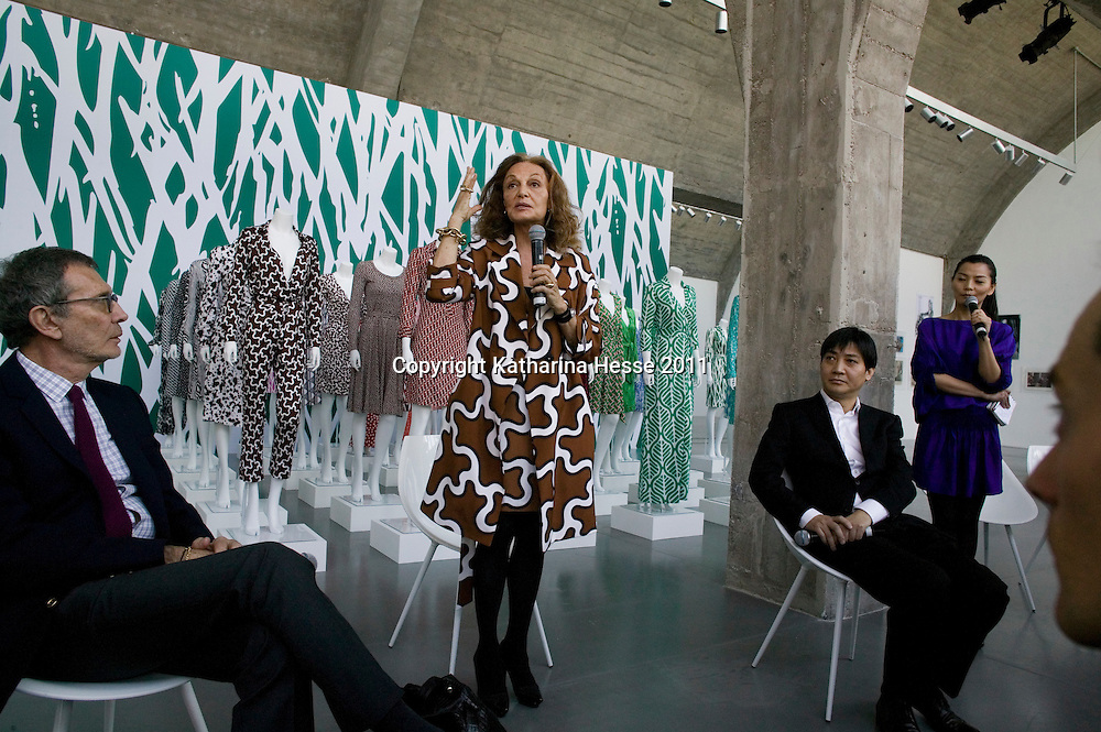 "Beijing, April,2, 2011 :   Diane von Furstenberg (C) , Arne Glimcher founder and chairman of The Pace Gallery- L, and  Leng Lin , president of The Pace Gallery, Beijing-R, discusss the upcoming "" Journey of a Dress exhibition ""."