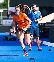 LONDEN - Lidewij Welten (Ned) met kracht- en conditietrainer Matt Eyles tijdens de training in het Lee Valley Hockeystadium bij het  wereldkampioenschap hockey voor vrouwen. Het Nederlands elftal maakt zich op voor de kwartfinale .  COPYRIGHT KOEN SUYK