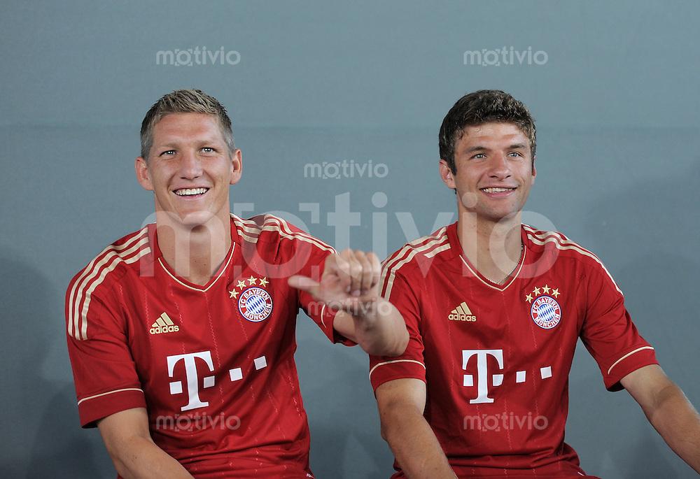 FUSSBALL     1. BUNDESLIGA     SAISON  2010/2011     12.07.2011 Fototermin beim  FC Bayern Muenchen  Bastian Schweinsteiger (li) und Thomas Mueller