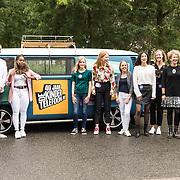 NLD/Utrecht/20190905 - Maxima bij 40 jaar bestaan De Kindertelefoon, Koningin Maxima zwaait de Kindertelefoon-busje uit