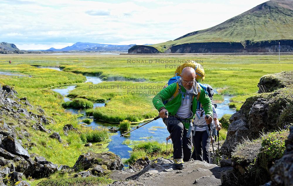 06-07-2014 NED: Iceland Diabetes Challenge dag 2, Landmannalaugar <br /> Trek van Landmannalaugar naar Hrafntinnusker. Een prachtige trekking door de hooggebergte van Landmannalaugar met veel kleuren, sneeuw, gletsjers en zwarte landschappen / Abderrahman, Debbie, Sandra