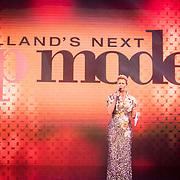 NLD/Amsterdam/20161025 - finale Holland Next Top model 2016, presentatrice Anouk Smulders - Voorveld