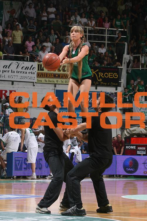 DESCRIZIONE : Siena Lega A1 2006-07 Playoff Finale Gara 3 Montepaschi Siena VidiVici Virtus Bologna <br /> GIOCATORE : Cheerleaders <br /> SQUADRA : Montepaschi Siena <br /> EVENTO : Campionato Lega A1 2006-2007 Playoff Finale Gara 3 <br /> GARA : Montepaschi Siena VidiVici Virtus Bologna <br /> DATA : 17/06/2007 <br /> CATEGORIA : <br /> SPORT : Pallacanestro <br /> AUTORE : Agenzia Ciamillo-Castoria/G.Ciamillo