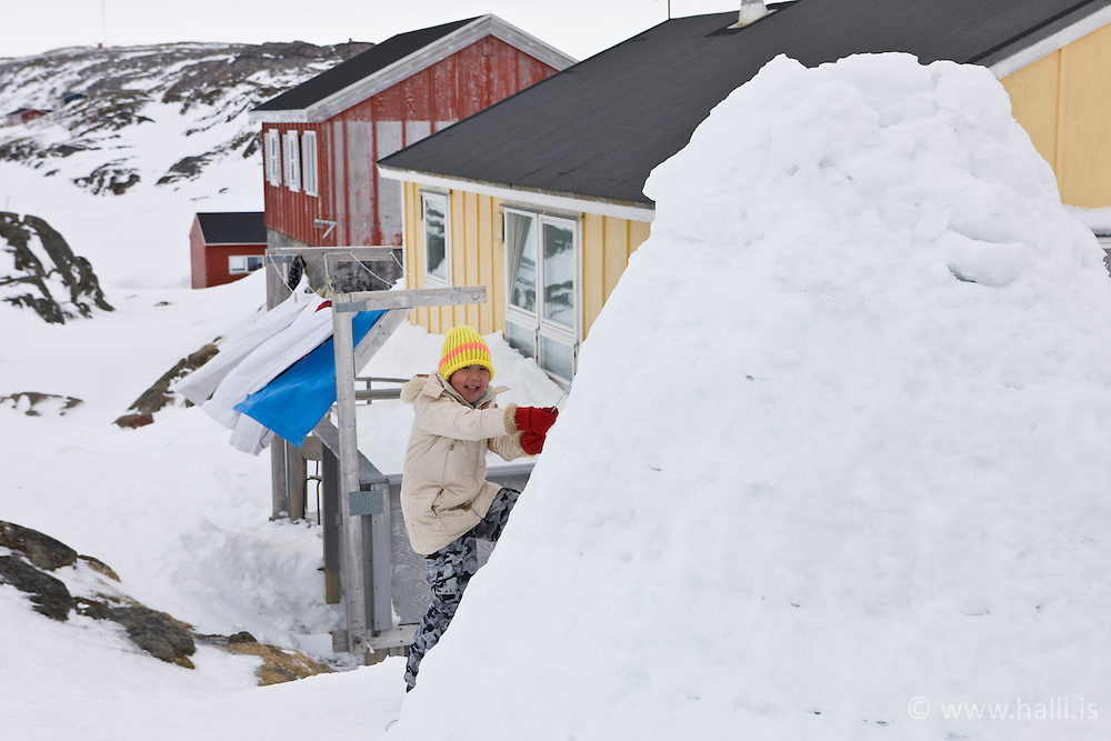 Young girl at snowhouse in the village Kulusuk, Greenland - Lítil stelpa við snjóhús, Kulusuk á Grænlandi -