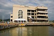 Centro de visitantes en las Esclusas de Miraflores, punto de ingreso y salida de las embarcaciones en el lado del océano Pacifico del Canal de Panamá. Desde este Centro de Visitantes se puede observar como los barcos se elevan a 16 metros del nivel del mar, realizándolo en 2 procesos, que duran alrededor de 30 minutos..Foto: Ramon Lepage / Istmophoto.