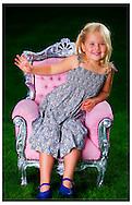 Fotosessie Koninlijkhuis  ROBIN UTRECHT FOTOGRAFIE portret van koningin maxima en koning willem alexander en prinses amalia ariane en alexia op de schommel de koning wordt dit jaar 50 jaar
