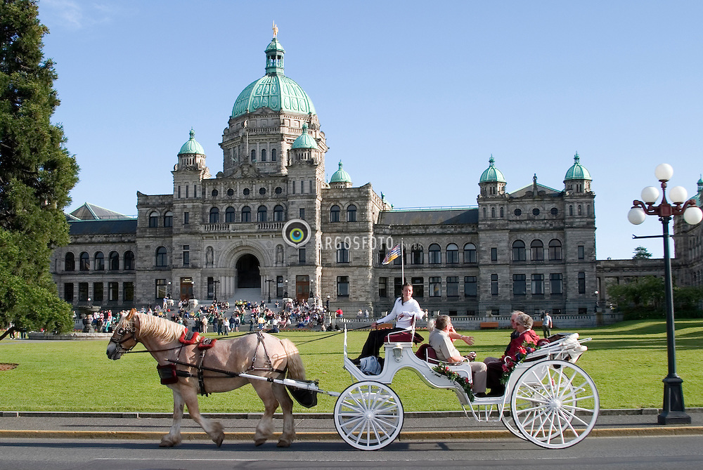 Victoria, BC, Canada  01/Junho/2005.Arredores do Parlamento de Victoria, capital do estado de British Columbia. Carruagem com turistas./ Surroundings of Victoria Parliament in British Columbia. Ride with Cart..Foto Marcos Issa/Argosfoto