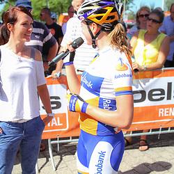 Boels Rental Ladies Tour Leerdam Martine Bras wordt toegesproken door Annemiek van Vleuten