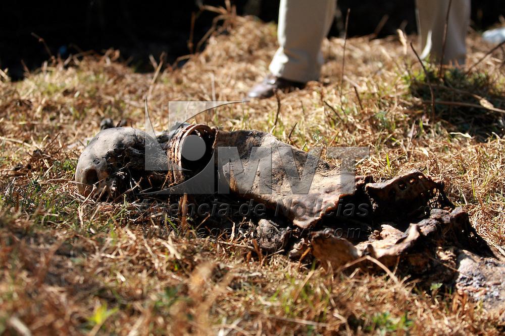 Xonacatlan, Méx.- Una osamenta humana fue encontrada a un lado de un canal de aguas negras de la colonia San Antonio; vecinos que realizaron el hallazgo dieron aviso a las autoridades que por el avanzado estado de descomposicion no pudieron precisar si se trataba de un hombre o una mujer. Agencia MVT / Esteban Fabian. (DIGITAL)