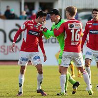 Jervs keeper Otto Fredriksen med Kirill Suslov og Harald Holter etter gult kort til Kirill under kvalik kampen til Eliteserien med Jerv-Kongsvinger 2-1 på Levermyr stadion i Grimstad.