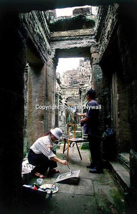 Siem Riep 1999 Ankor Wat<br /> Templet Ankor Wat<br /> Der stora Khmer tempelomr&aring;det vid Siem Riep<br /> Konstn&auml;rer som m&aring;lar tavlor<br /> <br /> ----<br /> FOTO : JOACHIM NYWALL KOD 0708840825_1<br /> COPYRIGHT JOACHIM NYWALL<br /> <br /> ***BETALBILD***<br /> Redovisas till <br /> NYWALL MEDIA AB<br /> Strandgatan 30<br /> 461 31 Trollh&auml;ttan<br /> Prislista enl BLF , om inget annat avtalas.