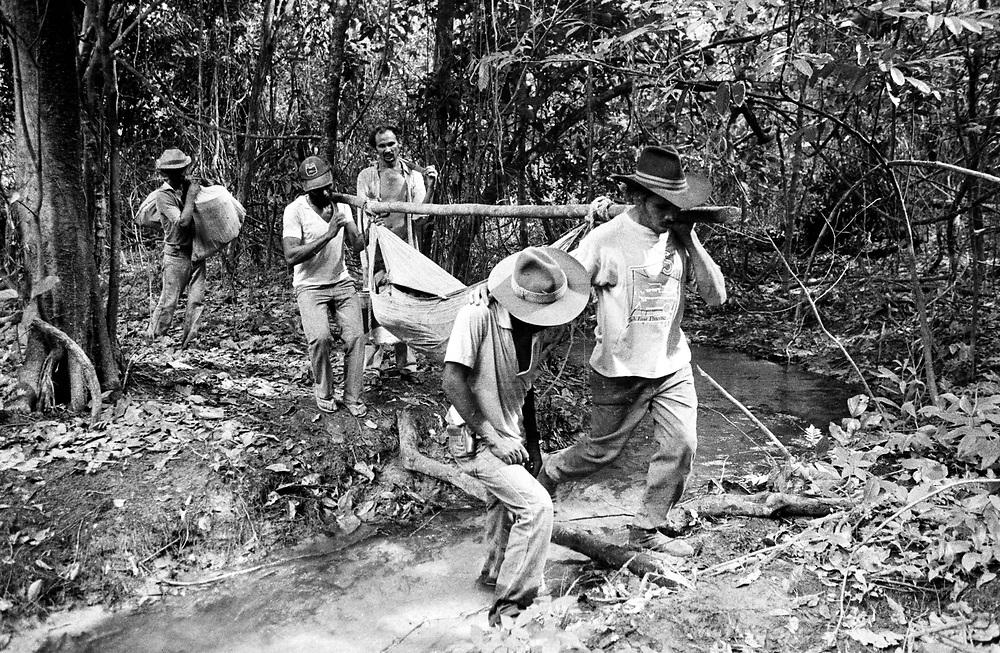 Trabalhadores rurais carregando corpo de trabalhador assassinado na fazenda Chichalkrin localizada no estado do Tocantins..Rural workers carrying worker's body murdered in the farm located Chichalkrin in the state of Tocantins.