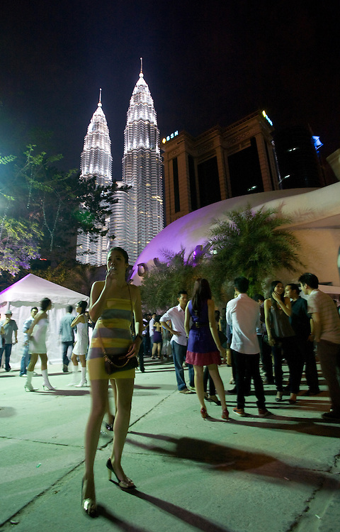 MALAYSIA - KUALA LUMPUR Here:  City Cenre; architecture, PETRONAS TWIN TOWERS (background); night life, CLUB, youth; Nachtclub, Jugend, Nachtleben; 01.11.2008; copyright > Christian Jungeblodt