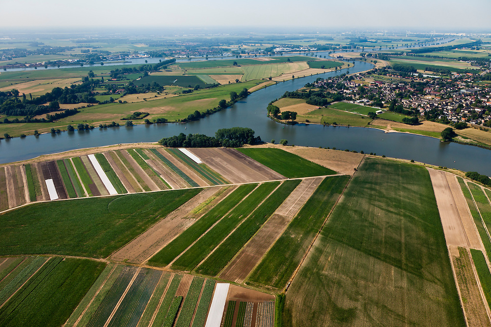 Nederland, Gelderland, Gemeente Zaltbommel, 08-07-2010; Arkenswaard, met Afgedamde Maas, splitsing naar Heusdensch Kanaal. Rechts Wijk en Aalburg, aan de horizon de Bergsche Maas..Bifurcation of old branch of the Meuse, Heusdensch Channel to the river Bergsche Maas (canalized river Meuse)..luchtfoto (toeslag), aerial photo (additional fee required).foto/photo Siebe Swart.