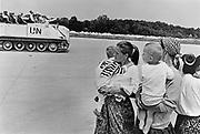 BOSNIEN - Bosnia - Srebenica; Bosnische Frauen, die aus Srebenica geflüchtet sind, blicken auf einen Panzer der UN-Schutztruppe, UNPROFOR. Die bosnische Enklave Srebenica - damals UN-Schutzzone - wurde Schauplatz eines Massaker seits der bosnisch-serbischen Armee unter Führung des Generals Ratko Mladic. Bosnische (muslimische) Männer wurden verschleppt und ermordert; Bis nach Tuzla, auf den UN-Flughafen entkamen dem Massaker  hauptsächlich Frauen, Kinder und Alte. 23.07.1995; © Christian Jungeblodt