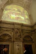 AMSTERDAM - Koning Willem-Alexander en Koning Carl XVI Gustaf bekijken de projectie van een afbeelding van het schilderij De Samenzwering van de Bataven onder Claudius Civilis op de muur in de noordgalerij van het Koninklijk Paleis Amsterdam. Rembrandt schilderde dit werk in 1661-1662 in opdracht van de burgemeesters van Amsterdam voor het nieuwe Amsterdamse stadhuis, het tegenwoordige Paleis. FOTO LEVIN DEN BOER - PERSFOTO.NU