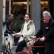 NLD/Laren/20080307 - Willibrord Frequin en partner Susan Rastin fietsend in Laren NH