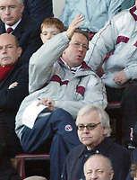 Fotball<br /> Premier League 2004/05<br /> Charlton v Everton<br /> 28. desember 2004<br /> Foto: Digitalsport<br /> NORWAY ONLY<br /> Charlton Athletic's manager Alan Curbishley sits and remonstrates above Everton Chairman Bill Kenwright as they both watch the match from the stands