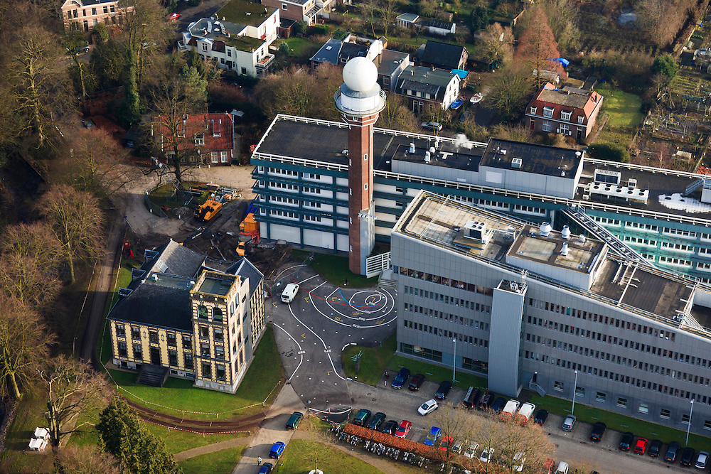 Nederland, Utrecht, De Bilt, 10-01-2011;.KNMI, het Koninklijk Nederlands Meteorologisch Instituut in de Bilt. Centraal op de grond is de tekening van een lage drukgebied te zien..KNMI, the Royal Dutch Meteorological Institute in De Bilt. Adrawing of a low pressure area has been constucted in the center of the buildings..luchtfoto (toeslag), aerial photo (additional fee required).foto/photo Siebe Swart