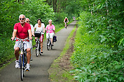 In de omgeving van Bosch en Duin genieten mensen op de fiets van het mooie weer.<br />