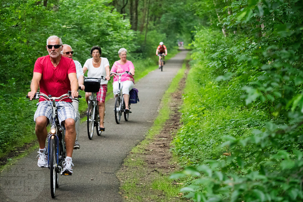 In de omgeving van Bosch en Duin genieten mensen op de fiets van het mooie weer.<br /> <br /> Near Bosch en Duin people are enjoying the nice weather by bike.