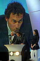 Fotball<br /> Prisutdeling i Frankrike<br /> 2. mai 2004<br /> Foto: Digitalsport<br /> NORWAY ONLY<br /> <br /> LAURENT BLANC RECEIVES A SPECIAL AWARD