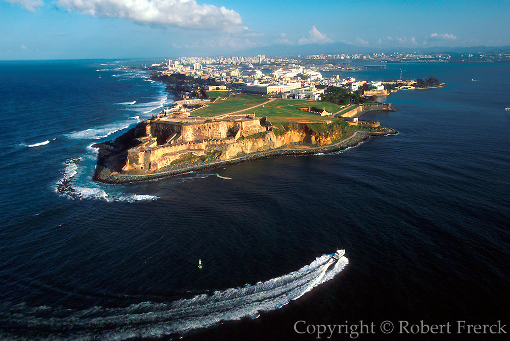 PUERTO RICO, SAN JUAN El Morro fortress and skyline