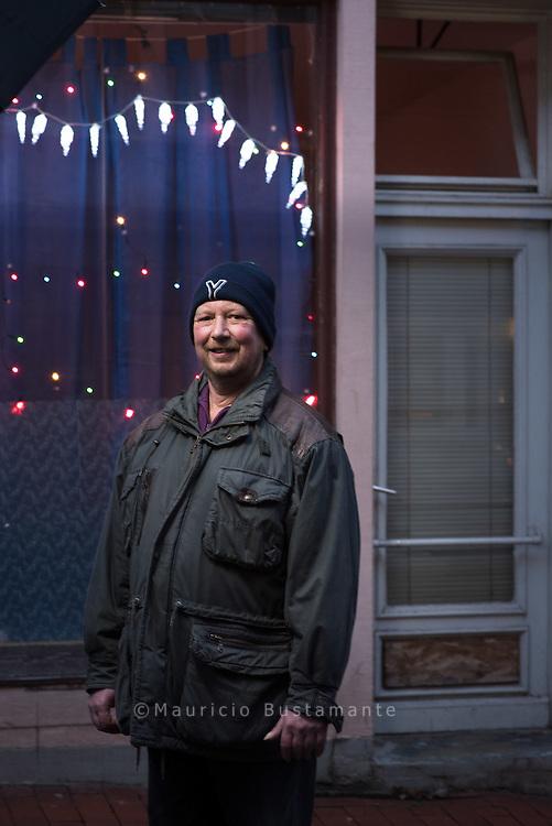 Vor der Reise zum Papst hatte JOACHIM sich sehnlichst<br />gewünscht, nicht mehr obdachlos sein zu müssen.<br />Das hatte er auch in die NDR-Kamera gesagt. Und jetzt<br />schaut er schon aus dem Fenster seiner eigenen Wohnung.