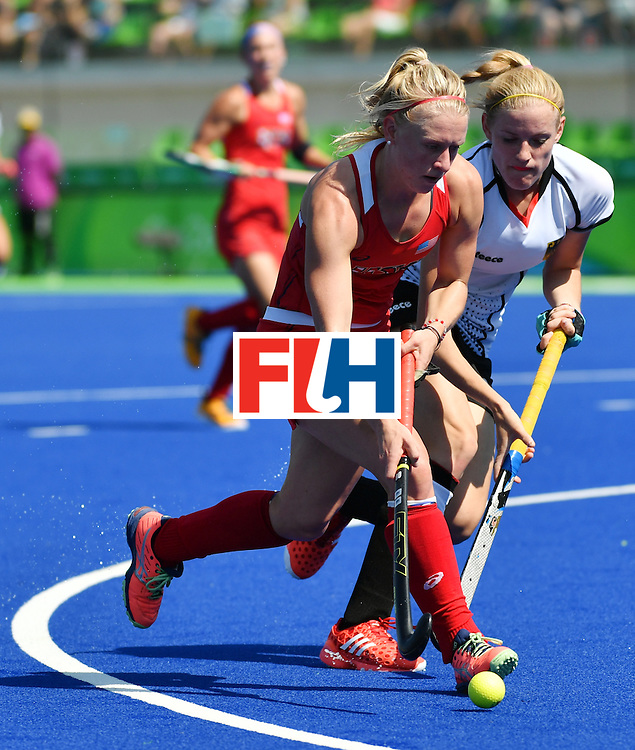 The USA's Jill Witmer (L) vies with Germany's Annika Sprink during the women's quarterfinal field hockey USA vs Germany match of the Rio 2016 Olympics Games at the Olympic Hockey Centre in Rio de Janeiro on August 15, 2016. / AFP / Pascal GUYOT        (Photo credit should read PASCAL GUYOT/AFP/Getty Images)