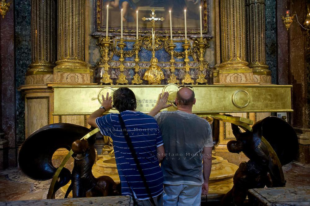 Roma 6 Luglio 2013<br /> Iniziano le celebrazioni in onore  di San Camillo de Lellis per il IV Centenario dalla sua morte ,con l&rsquo;inaugurazione dell&rsquo;urna monumentale per le sacre spoglie di San Camillo , nella Chiesa di Santa Maria Maddalena a Roma. I fedeli rendono omaggio alle spoglie di San Camillo<br /> Rome July 6, 2013<br /> They start the celebrations in honor of St. Camillus de Lellis for the Fourth Centenary of his death, with the inauguration of the urn monumental for the sacred remains of St. Camillus, in the Church of Santa Maria Maddalena in Rome.Pictured  The of  faithful homage to the remains of St. Camillus