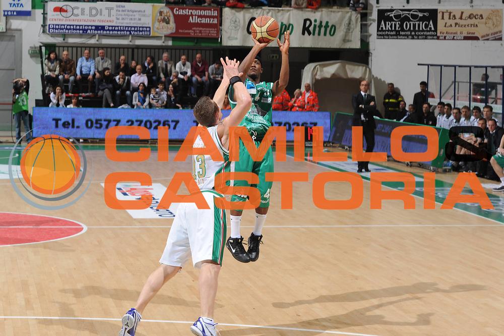 DESCRIZIONE : Siena Lega A 2010-11 Air Montepaschi Siena Air Avellino <br /> GIOCATORE : Marques Green<br /> EVENTO : Campionato Lega A 2010-2011 <br /> GARA : Montepaschi Siena Air Avellino <br /> DATA : 01/05/2011<br /> CATEGORIA : tiro three points<br /> SPORT : Pallacanestro <br /> AUTORE : Agenzia Ciamillo-Castoria/GiulioCiamillo<br /> Galleria : Lega Basket A 2010-2011 <br /> Fotonotizia : Siena Lega A 2010-11 Montepaschi Siena Air Avellino <br /> Predefinita :