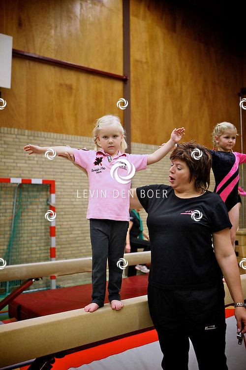 AMMERZODEN - In sporthal De Treffer hield de turnclub een demonstratiedag. FOTO LEVIN DEN BOER / PERSFOTO.NU
