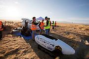 De VeloX 7 wordt klaar gemaakt voor de kwalificaties op maandagochtend. Het Human Power Team Delft en Amsterdam, dat bestaat uit studenten van de TU Delft en de VU Amsterdam, is in Amerika om tijdens de World Human Powered Speed Challenge in Nevada een poging te doen het wereldrecord snelfietsen voor vrouwen te verbreken met de VeloX 7, een gestroomlijnde ligfiets. Het record is met 121,44 km/h sinds 2009 in handen van de Francaise Barbara Buatois. De Canadees Todd Reichert is de snelste man met 144,17 km/h sinds 2016.<br /> <br /> With the VeloX 7, a special recumbent bike, the Human Power Team Delft and Amsterdam, consisting of students of the TU Delft and the VU Amsterdam, wants to set a new woman's world record cycling in September at the World Human Powered Speed Challenge in Nevada. The current speed record is 121,44 km/h, set in 2009 by Barbara Buatois. The fastest man is Todd Reichert with 144,17 km/h.