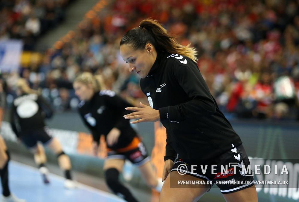Pearl Van Der Wissel (#28, Netherlands). Bronze medal match between Sweden and Netherlands at the 2017 IHF Women's World Championship in Barclaycard Arena, Hamburg, Germany, 17.12.2017. Photo Credit: Allan Jensen/EVENTMEDIA.
