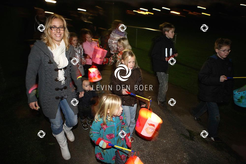 HURWERNEN - Vanaf het sportcomplex vertrokken meer dan vijftig kinderen met hun zelfgemaakte lampion. FOTO LEVIN DEN BOER / PERSFOTO.NU