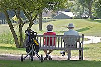 CRUQUIUS-Ouderen op een bankje op de golfbaan Haarlemmermeersche.Beoefenen van de golfsport. ANP FOTO COPYRIGHT KOEN SUYK