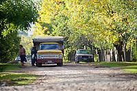 CAMION Y PERSONAS EN UNA CALLE DE DIQUE LUJAN, PROVINCIA DE BUENOS AIRES, ARGENTINA (PHOTO © MARCO GUOLI - ALL RIGHTS RESERVED)