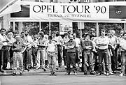 Duitsland, Bitterfeld, 1-7-1990 Duitse monetaire eenwording . Autofabriek Opel houdt een show in de open lucht. Veel Oost-duitsers vergapen zich aan de moderne autos. De burgers van de ddr konden hun marken inwisselen tegen de west-duitse mark, in winkels had een grote operatie plaatsgevonden om prijzen aan te passen. umtausch,mauerfall,monetaire,eenwording,monetair,samengaan,eenwording,duitse,hereniging,herenigen,kwaliteit,producten,auto,autoindustrie,west-duitse,duitse,autofabrikant,industrie, Foto: Flip Franssen