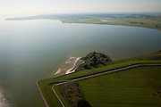 Nederland, Friesland, Gemeente Lemsterland, 08-09-2009; Lemsterhoek,  oude zeedijk tussen Zuiderzee / IJsselmeer en polder Oudmirderveld..Lemster Corner, old seawall between Zuiderzee / IJsselmeer and polderOudmirderveld.Luchtfoto (toeslag); aerial photo (additional fee required); .foto Siebe Swart / photo Siebe Swart