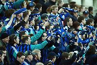 Fotball, 20. april 2002. Tippeligaen, Stabæk v Vålerenga Fotball 0-0. Berget det blå. Supporter, supportere, skjerf, jubel.