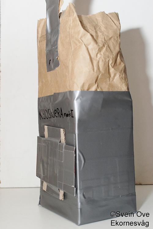 Konstruksjon av pinholekamera laget av en pappeske.<br /> Foto: Svein Ove Ekornesvåg
