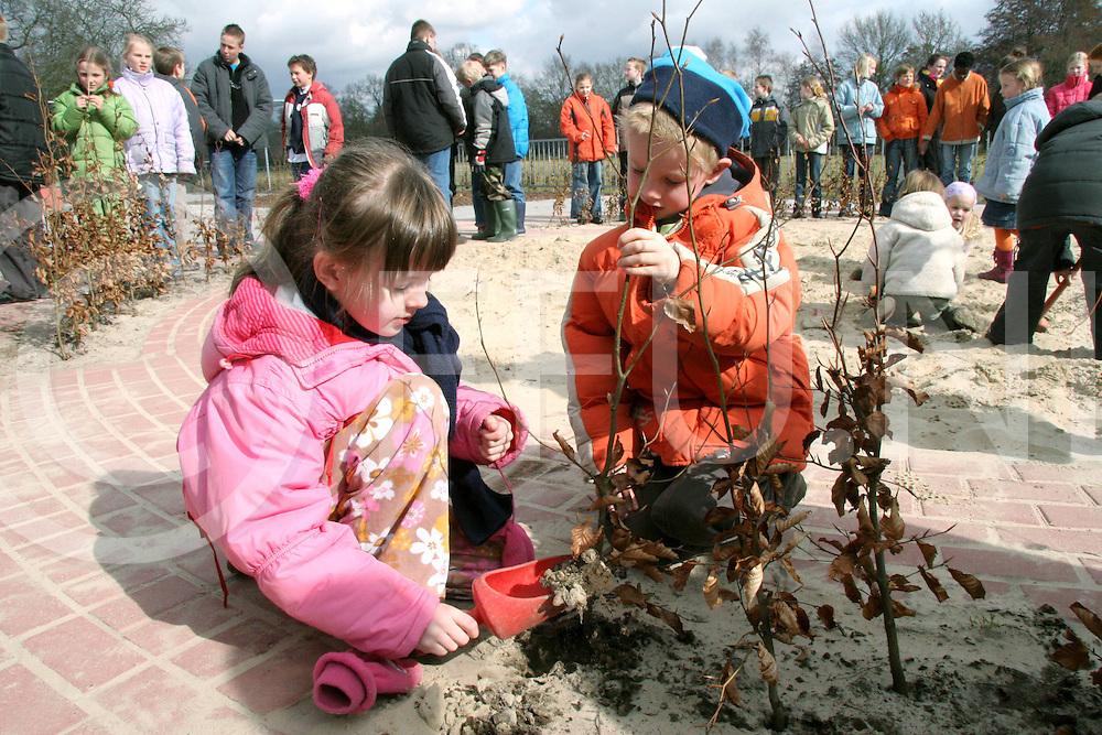 060322, witharen, ned<br /> Boomfeestdag, Kinderen van de school Het Kompas helpen mee om bomen te planten,<br /> foto: Rebecca en Gerrel-Jan zijn druk bezig om een boom te planten,<br /> fotografie frank uijlenbroek&copy;2006 monique kruizinga
